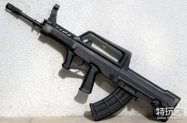 在裸枪机瞄压枪的表现中,经过我在游戏中的实际测试QBZ95则是完全优于M416的。在前10发左右子弹时,两者的表现相差不大基本一致,但是在随后剩下的20发子弹中,QBZ95依然能够保持比较稳定的后座力晃动,而M416则开始出现不规律的大幅度左右晃动,使整个子弹的散布开始不稳定。 不过这里需要重点说明的是,在实际的使用过程中发现QBZ95步枪的左右水平的后座力会比其垂直后坐力更明显,所以在握把选择上更加推荐能够大幅减弱水平后座力的握把,比如半截式握把与直角握把。不要老习惯的使用垂直握把,可能会让QBZ95无